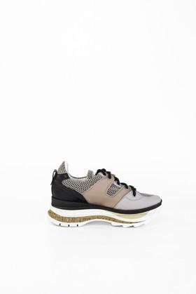 תמונה של נעליים אל טור